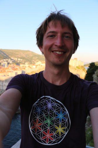 Petr v tričku s květem života v Dubrovníku, Chorvatsko