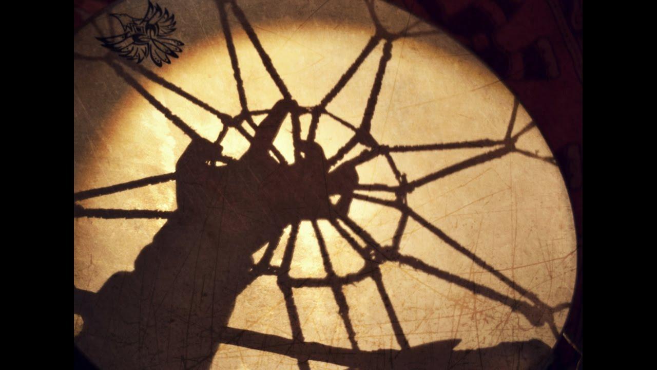 Tranzovní rituál s bubny a rostlinnými pomocníky (tabáček, rapé, sananga)