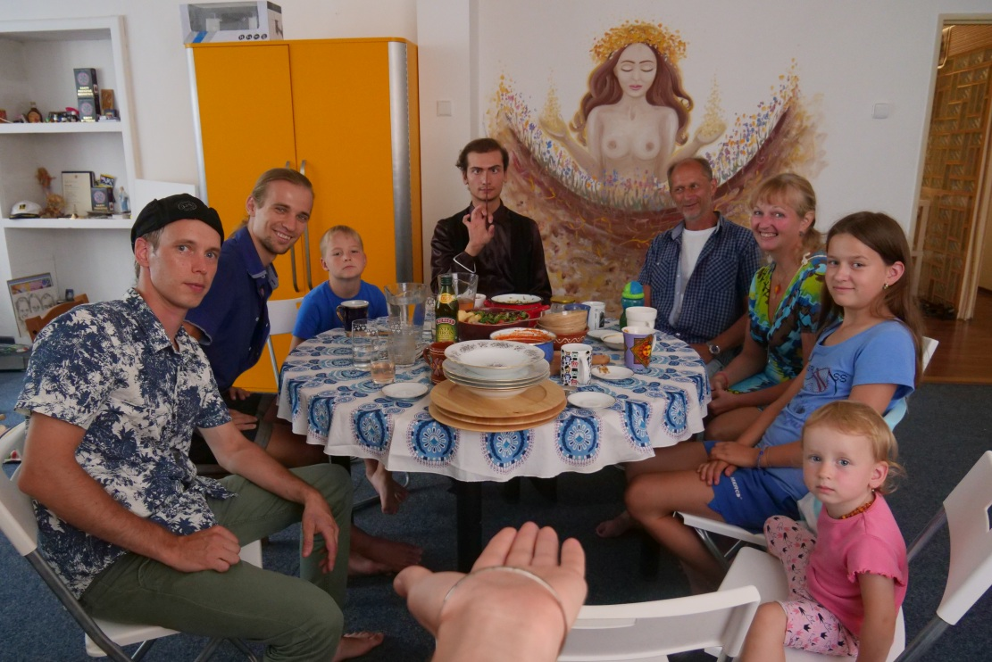CACAO PAX a sdílení hojností u kulatého stolu v Čarovně kapitána Chrisantema